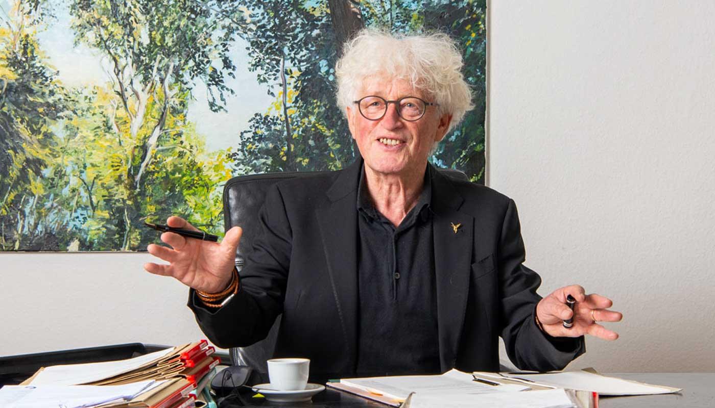 Portrait von Rolf Bartels am Schreibtisch