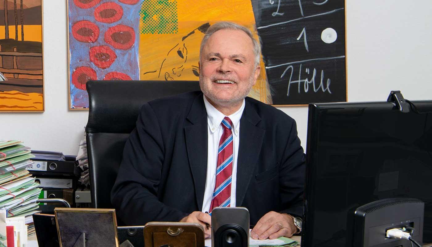 Portrait von Paul Degott am Schreibtisch