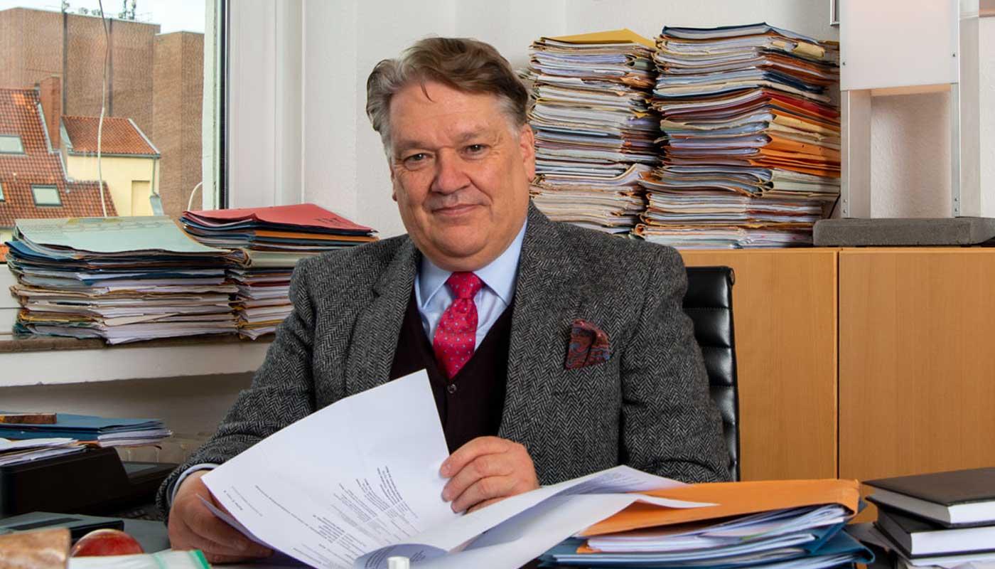 Portrait von Heiko Engel am Schreibtisch