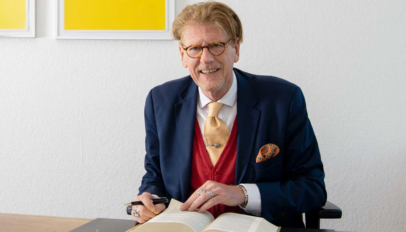 Portrait von Peter Chr. Petry am Schreibtisch