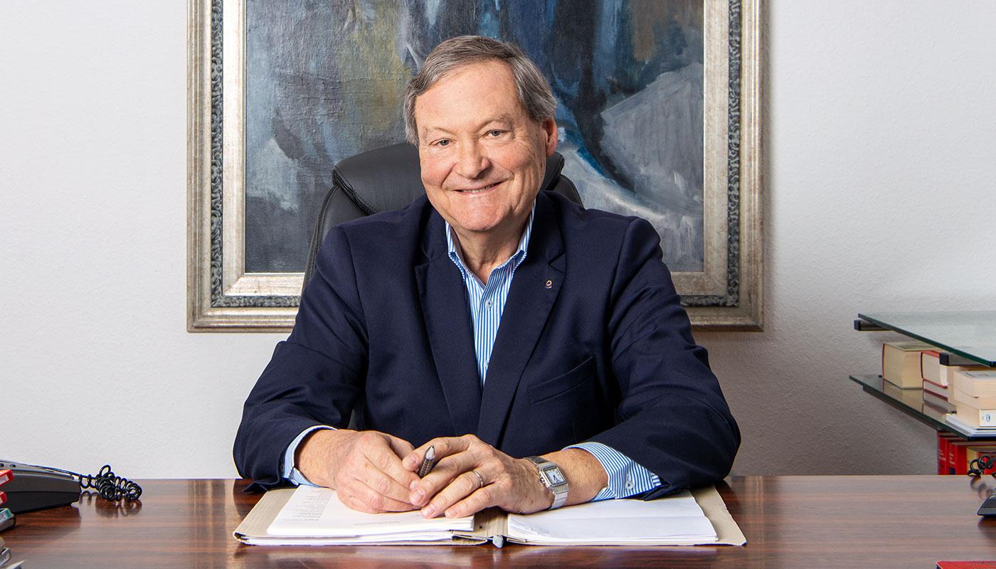 Portrait von Kasten Kowalla am Schreibtisch