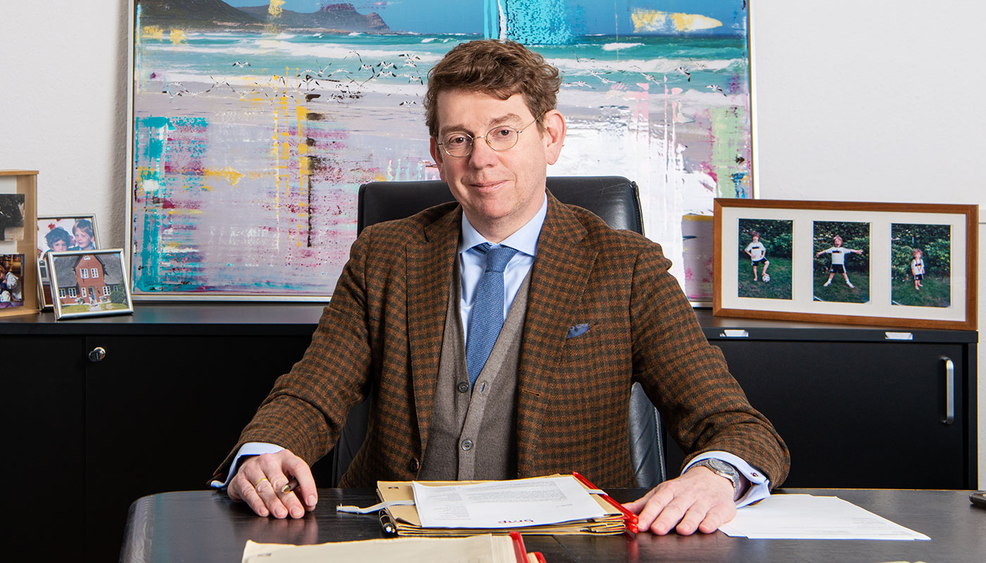 Portrait von Patrick A. Petry am Schreibtisch